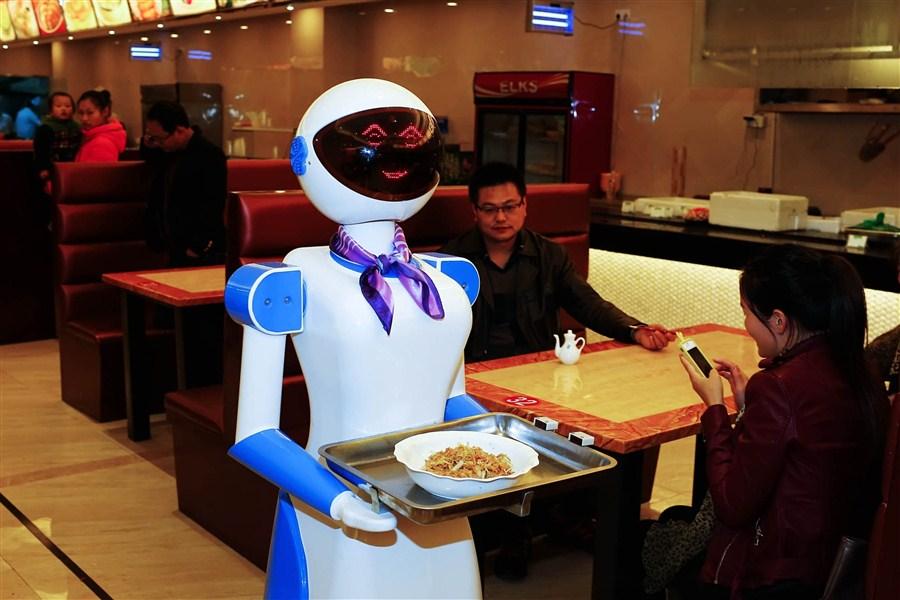 В китайском ресторане «взяли на работу» официанток-роботов.Вокруг Света. Украина