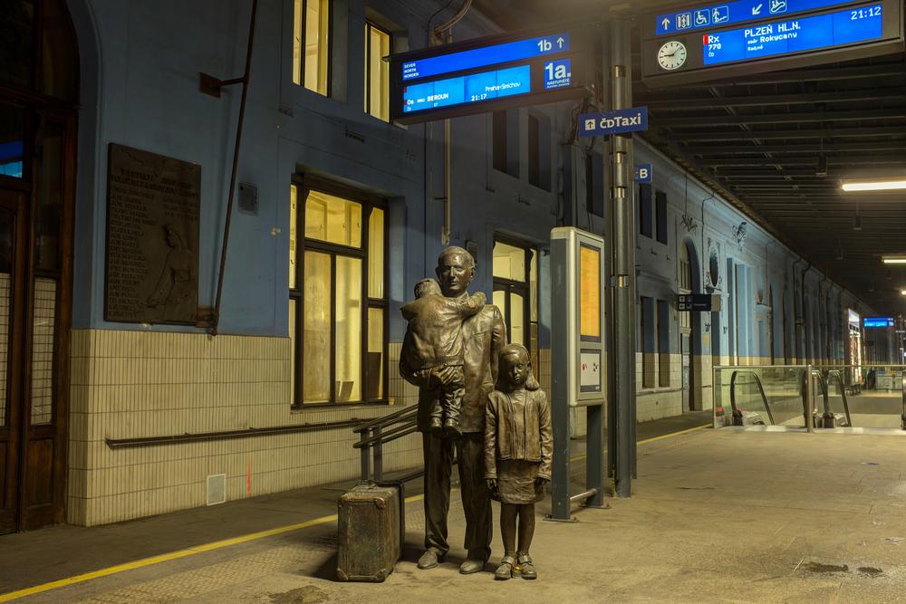 Памятник британцу на Главном вокзале Праги.Вокруг Света. Украина