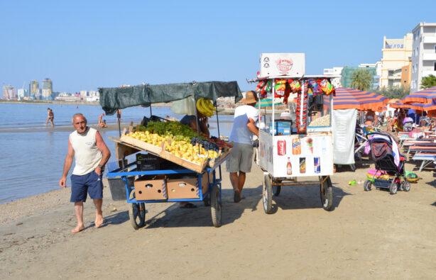 Торговцы фруктами на пляже Дуррес, Албания