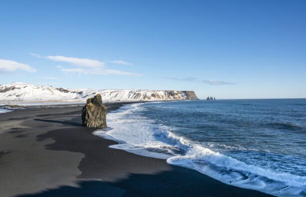 Известный пляж с черным песком и гора Reynisfjall, Южная Исландия