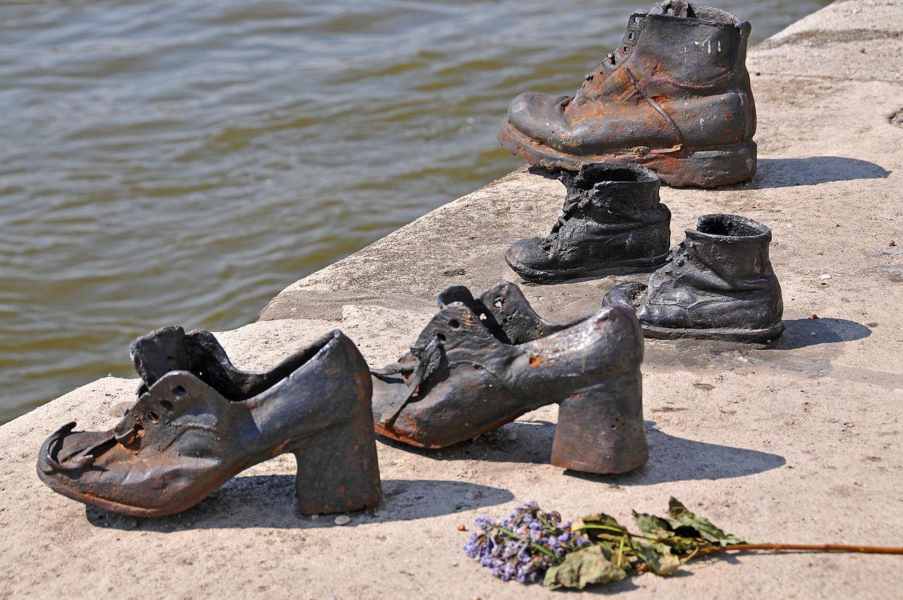Туфли на набережной Дуная.Вокруг Света. Украина