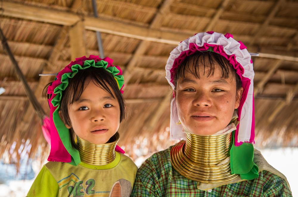 Женщины-жирафы хотят вернуться из Таиланда на родину.Вокруг Света. Украина