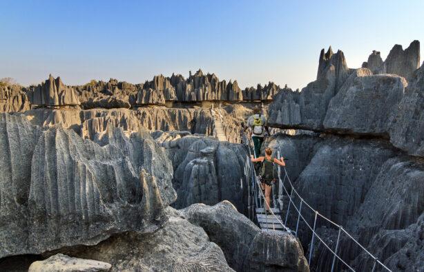 Туристы на фоне известняковых гор в заповеднике Tsingy de Bemaraha на Мадагаскаре