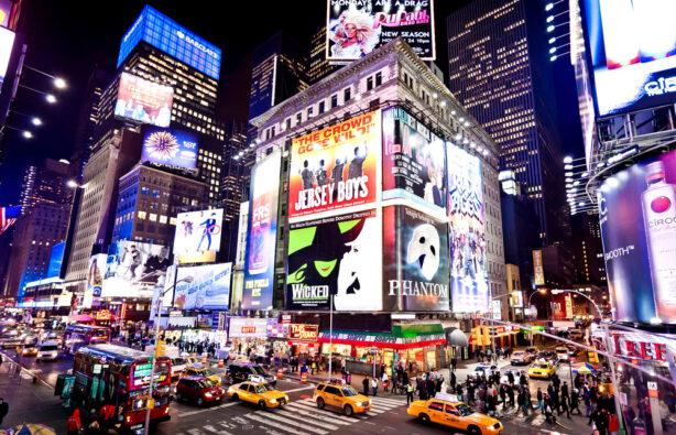 Освещенные фасады театров Бродвея на Таймс-Сквер, Нью-Йорк