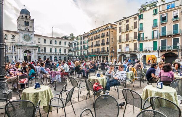 Местные жители и туристы на площади Пьяцца дей Синьоры (Piazza dei Signori), Падуя