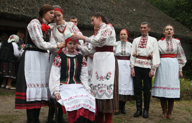 Народный коллектив воссоздает традиционные свадебные обряды в Пирогово