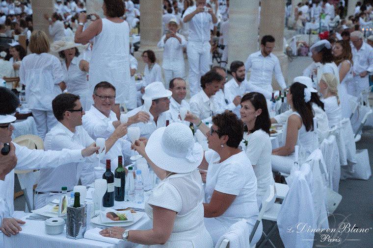 В Париже люди в белом отужинали на шикарном пикнике
