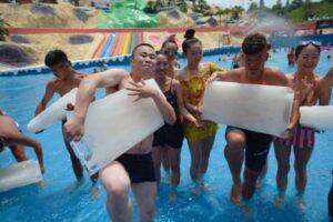 В Китае спасаются от жары льдом