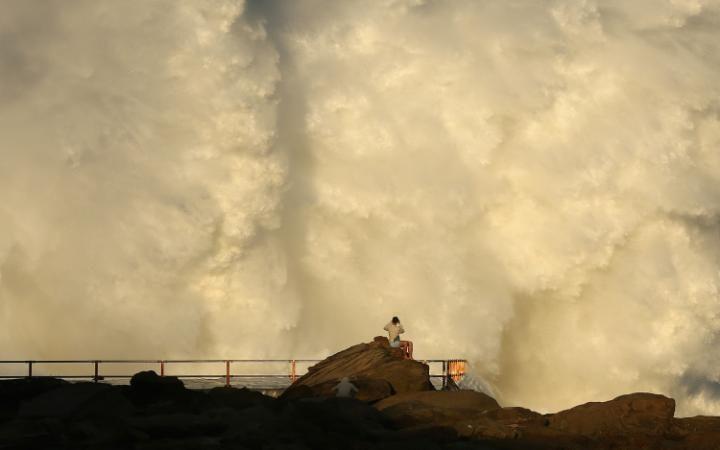 Гигантские волны во время шторма в Австралии
