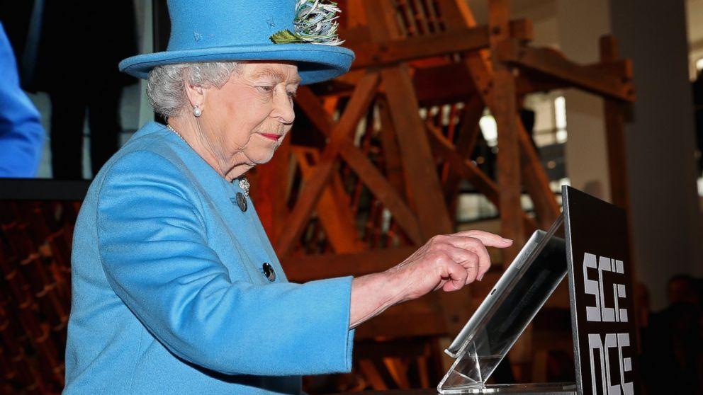 Королева Елизавета II отправила свой первый твит