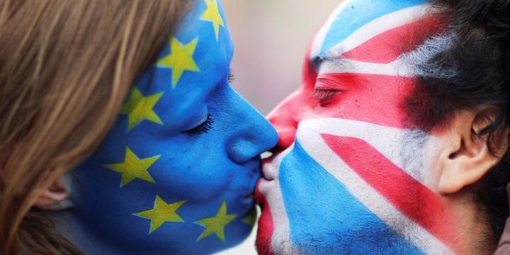 Европа просит Британию остаться в ЕС с помощью поцелуев