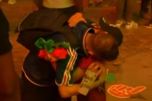 Португальский мальчик утешает французского фана