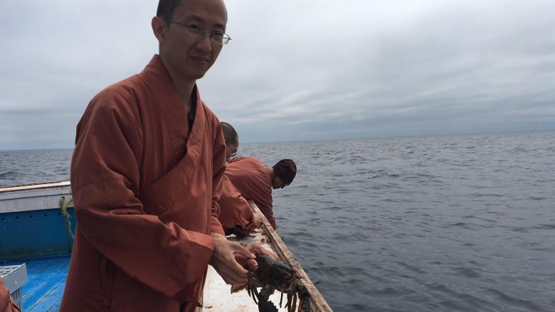 Монахи купили 270 кг лобстеров, чтобы выпустить их в океан.Вокруг Света. Украина