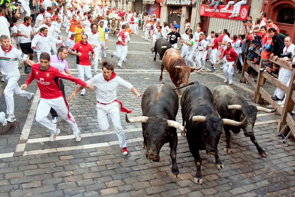 Стартовал знаменитый фестиваль забегов с быками