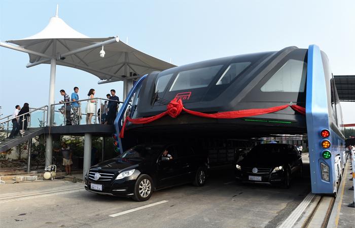 В Китае протестировали автобус-туннель.Вокруг Света. Украина