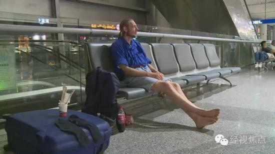 Мужчина провел 10 дней в аэропорту в ожидании девушки