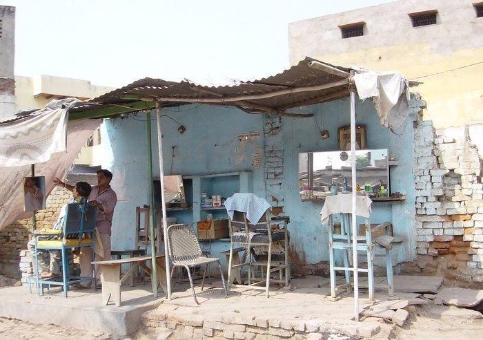 Уличный салон красоты в Индии