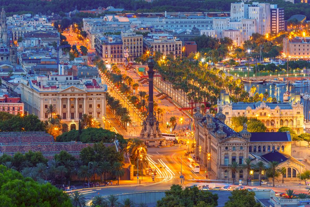 Вид на площадь Portal de la pau, порт Vell marina и памятник Колумбу в Барселоне