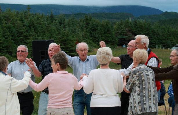 Пожилые люди танцуют в Роки-Харбор, Ньюфаундленд