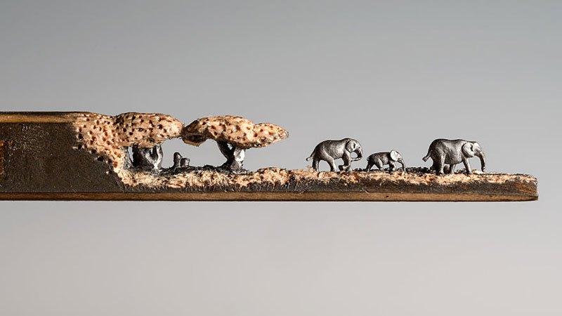 Семья слонов, вырезанная в карандаше