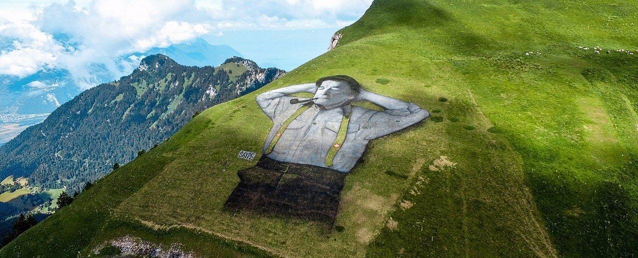 Отдыхающий мужчина в горах Швейцарии.Вокруг Света. Украина