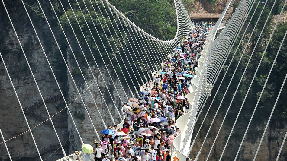 Туристам пришелся по вкусу стеклянный мост в Китае