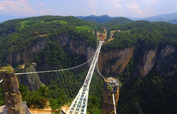 Самый длинный и высокий стеклянный мост в мире