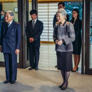 Император Японии Акихито и императрица Митико перед входом в императорскую резиденцию Гошо