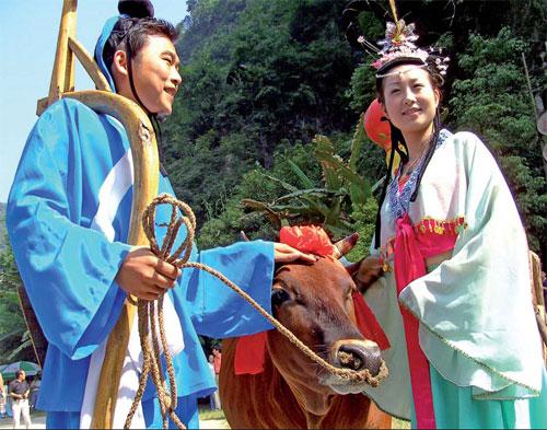 Молодые китайцы одеты в традиционную одежду пастуха и такчихи