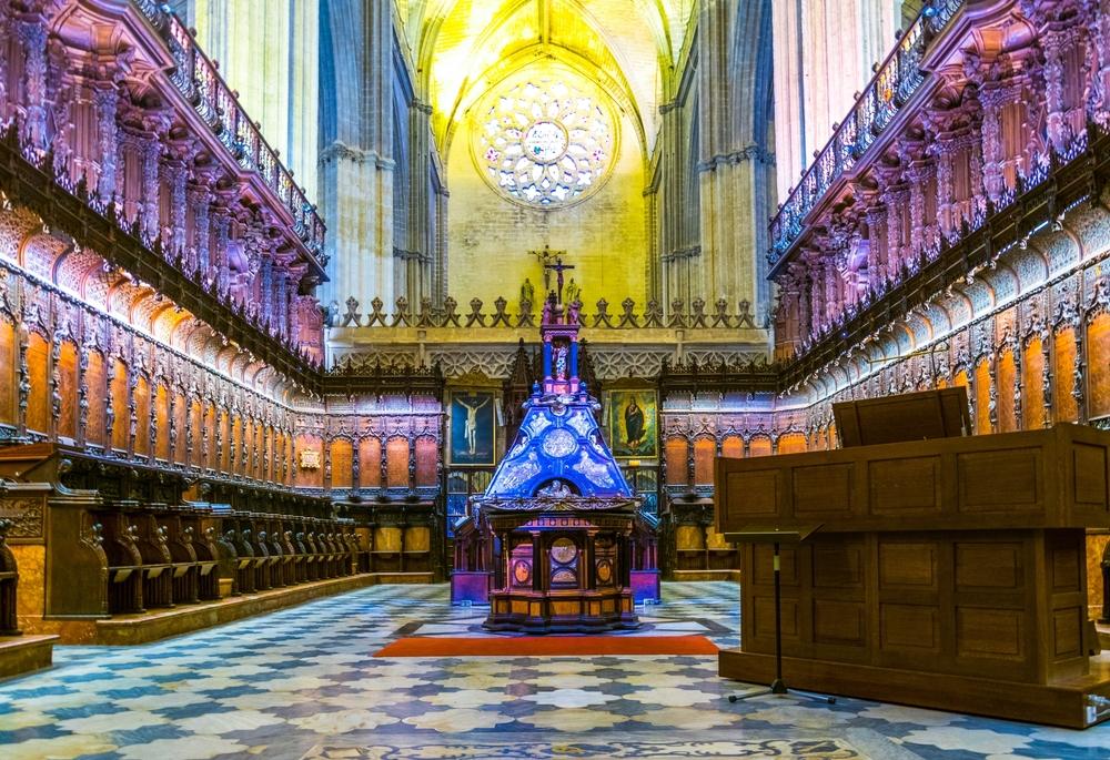 Внутри собора, который считает третьим по размеру в мире
