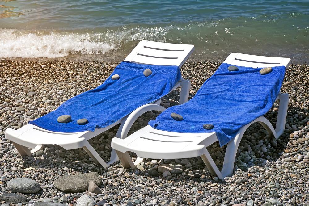 Италия борется с заранее занимающими место на пляже.Вокруг Света. Украина