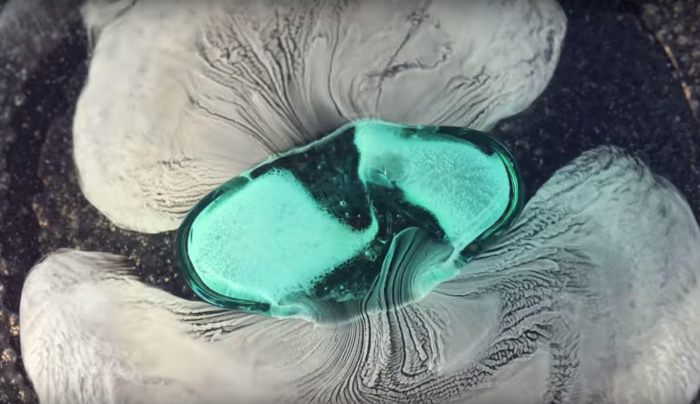 Как таблетки растворяются в воде (макросъемка)
