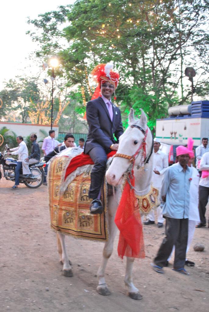 Особый шик для жениха – приехать на свадьбу на коне, особенно на белом