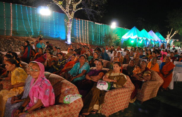 Традиционно на церемонии женщины сидят отдельно от мужчин, хотя впоследствии смешиваются
