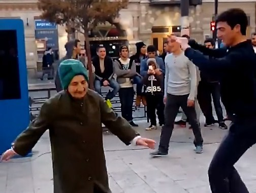 Грузинская бабушка устроила шоу посреди улицы