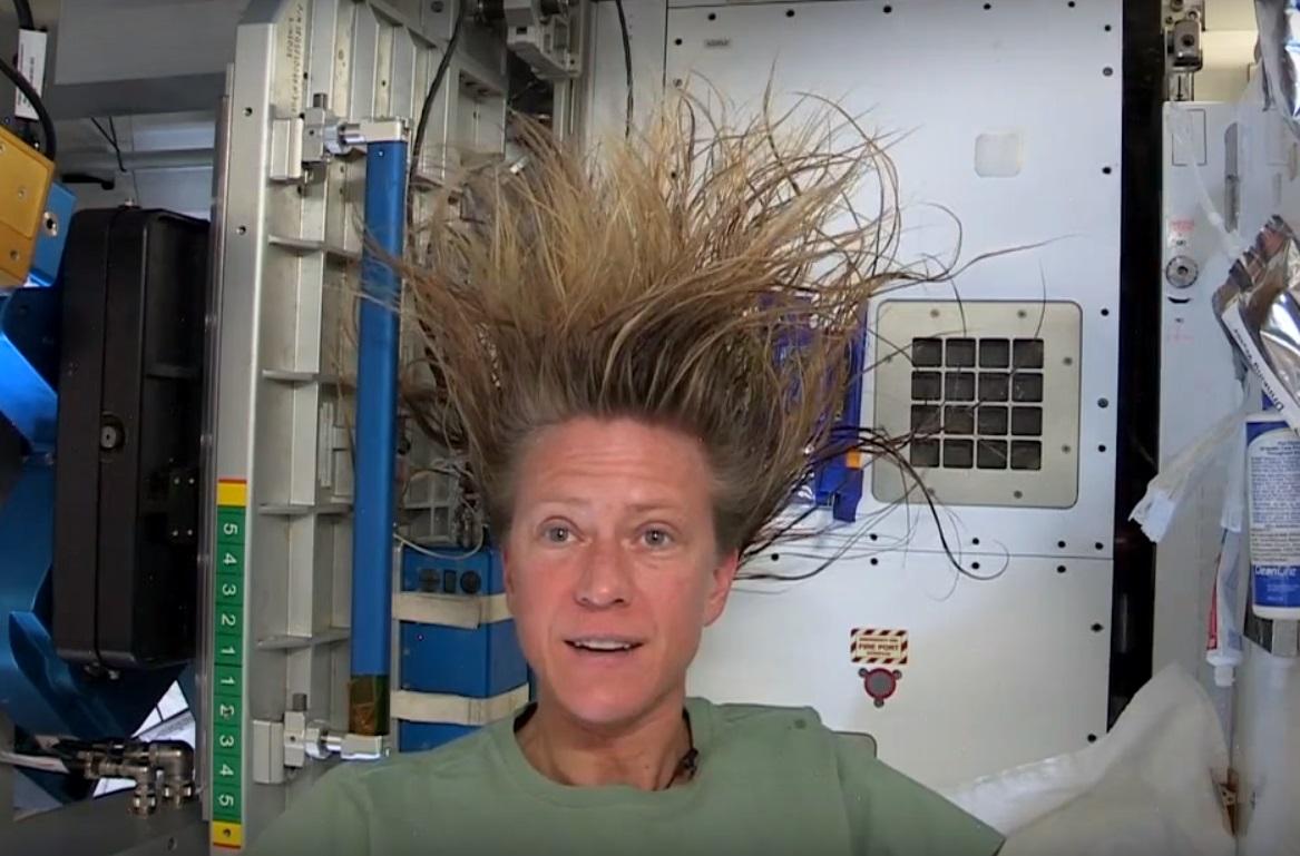 Как помыть голову в космосе