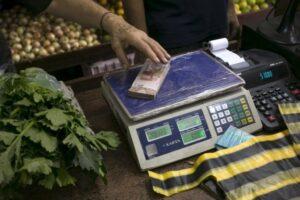 В Венесуэле деньги меряют килограммами