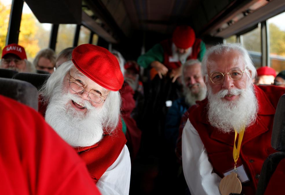 Санта-Клаусы на прогулке