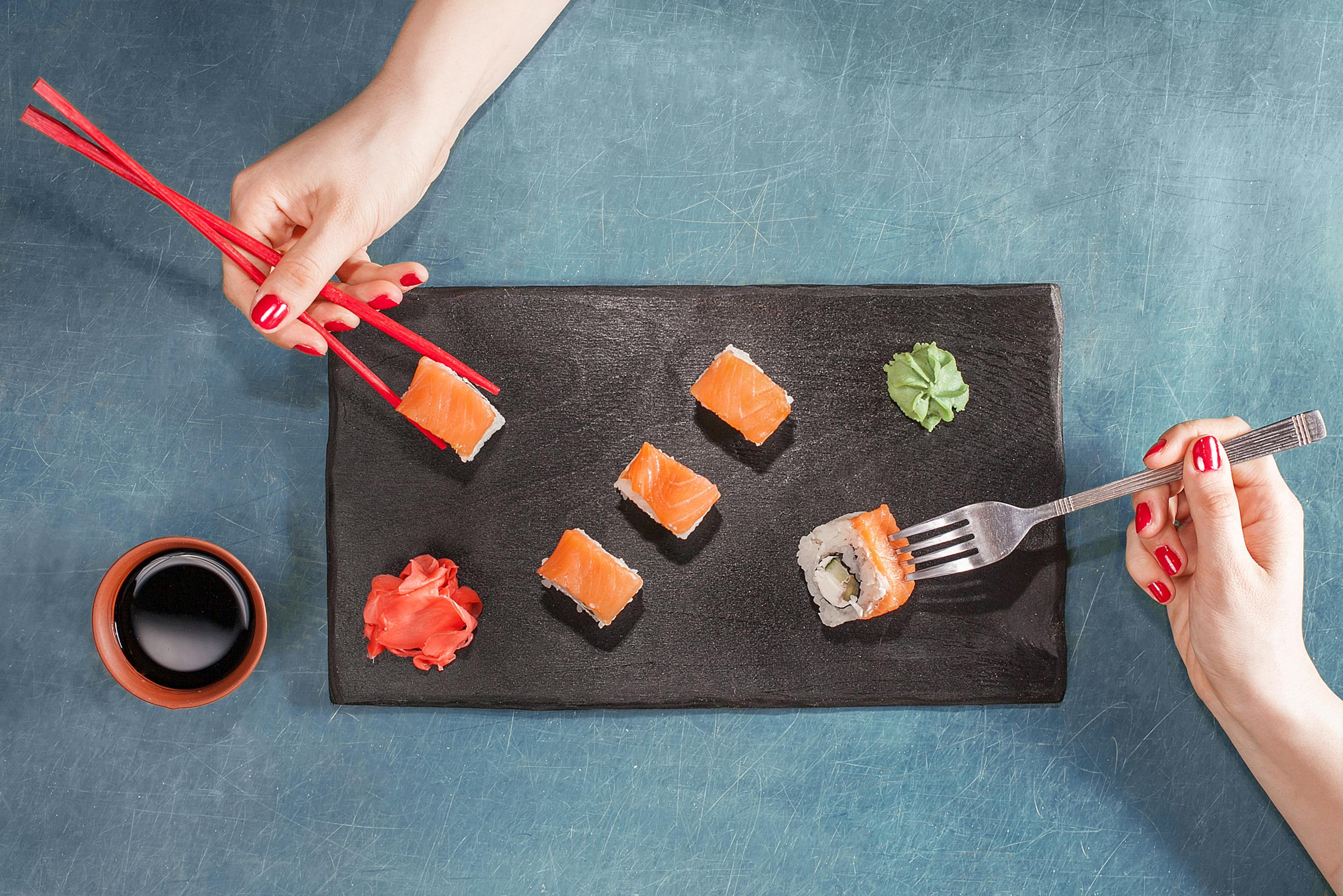 Обед без вилки: как правильно пользоваться палочками
