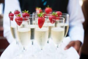 Как появилось шампанское и почему мы пьем его на Новый год