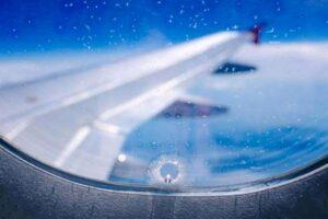 Зачем в иллюминаторах самолетов делают отверстия?