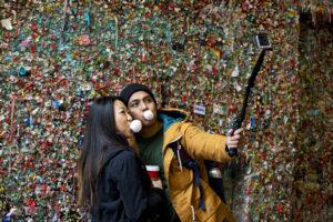 Отвратительно и ярко: стена из жвачек в Сиэтле