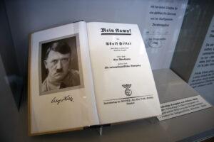 Аннотированное издание «Mein Kampf» стало хитом продаж в Германии