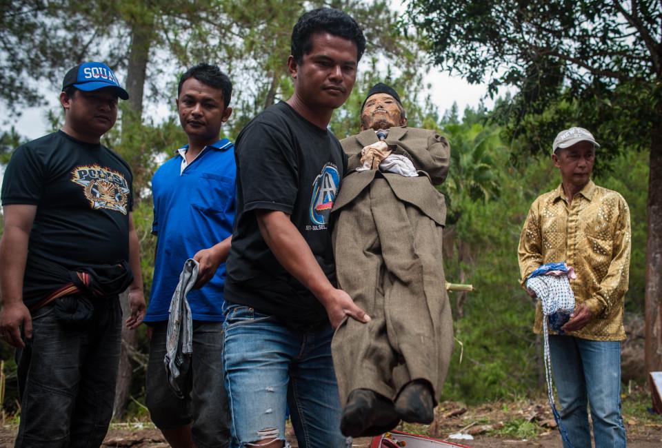 Жуткий ритуал в Индонезии  (ФОТО 18+)