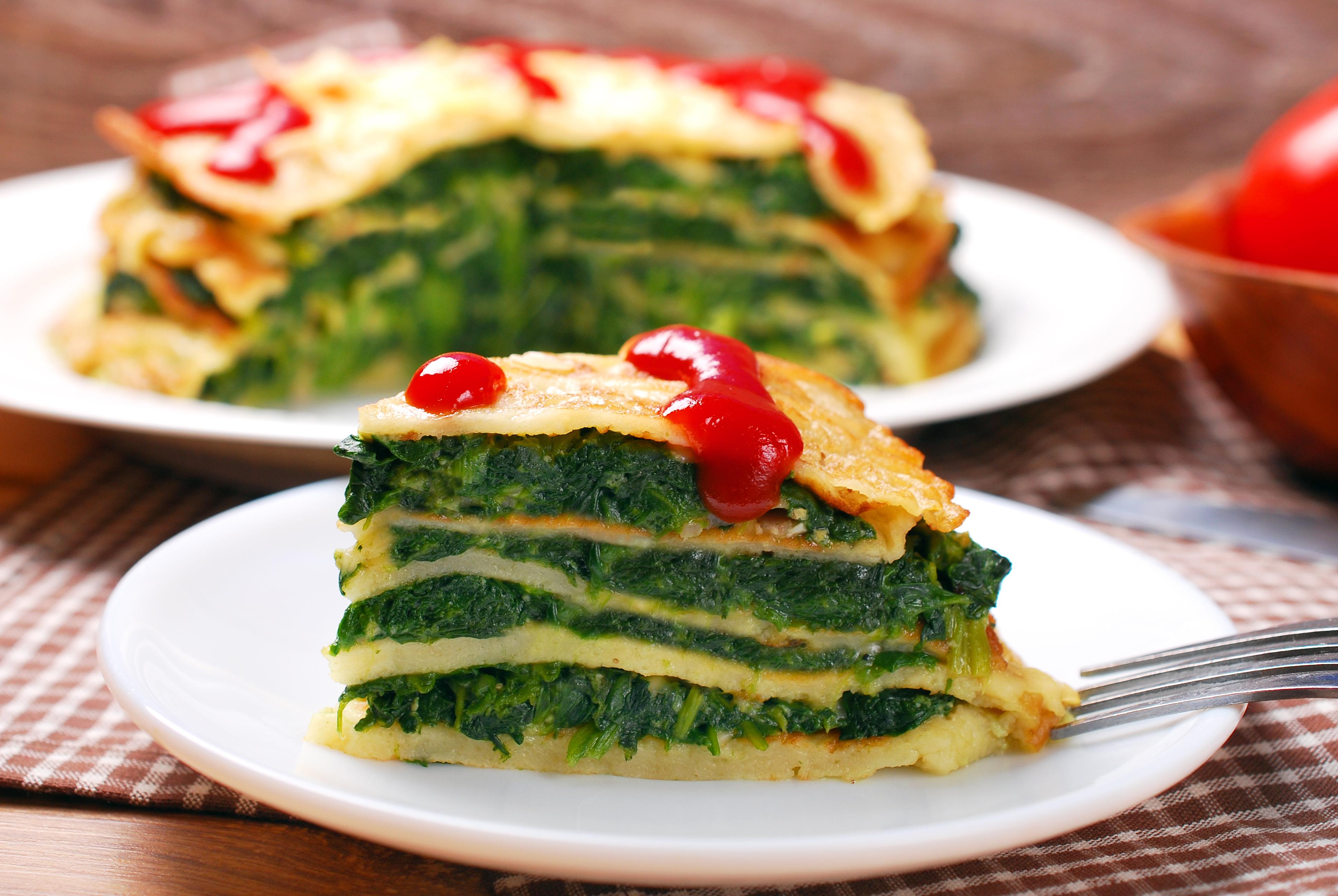 Масленица: рецепт блинного пирога со шпинатом