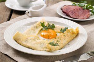 Масленица: рецепт блинов с яичницей и ветчиной