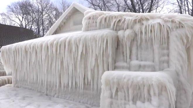 Дом в ледяной кожуре