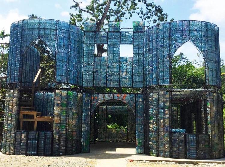 Каково это – жить в деревне из пластиковых бутылок