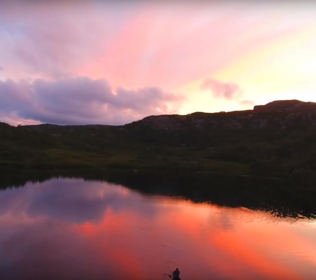 Закат на озере в Норвегии