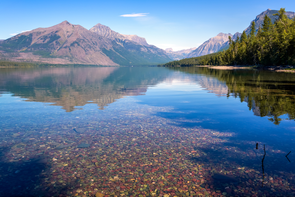 Уникальное озеро МакДональд: прозрачная вода и галька всех цветов радуги.Вокруг Света. Украина